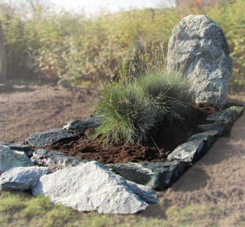 Ruwe grafsteen 107