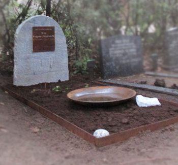 Ruwe grafsteen R143