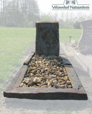 Ruwe grafsteen met monoliet