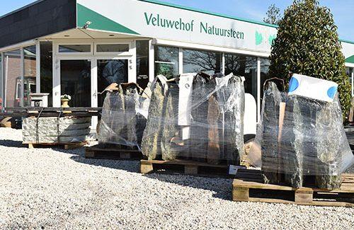 ruwe grafstenen bij Veluwehof